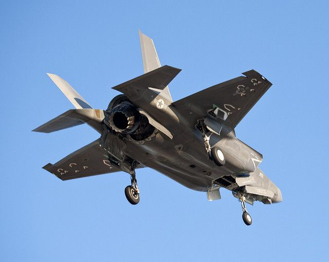 (Premier atterrissage vertical d'un F-35 B, photo de Phaedra Loftis, Lockheed Martin, 06/01/2011, www&#x3B;flickr.com)