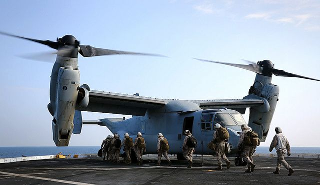 (Marines embarquant sur MV-22 B, photo de Cpl Jonathan R. Waldman, USMC, 23/12/2014, www.flickr.com)