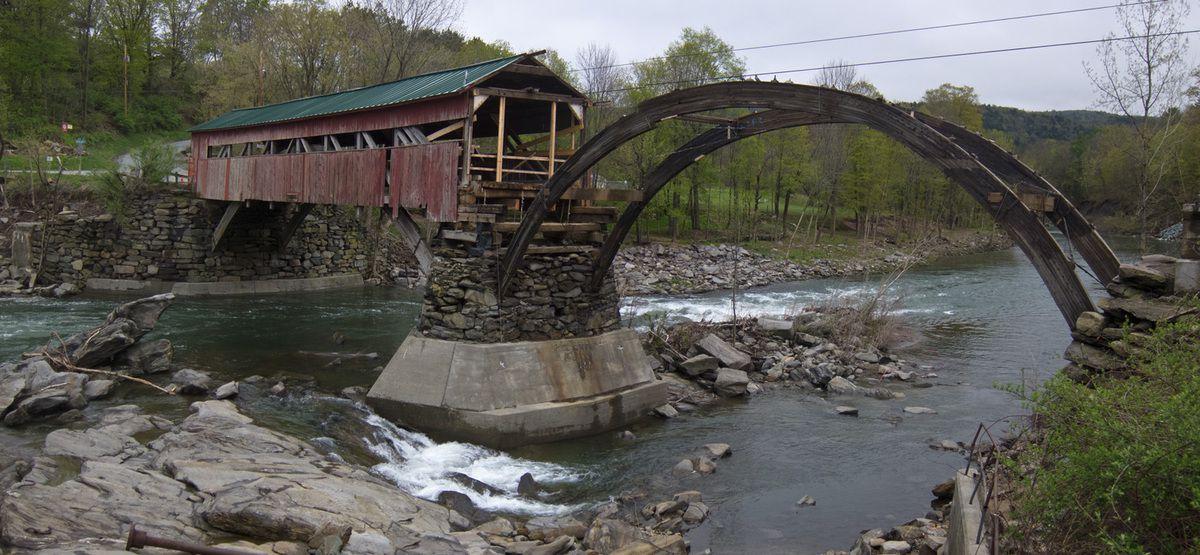 (Pont couvert endommagé à Taftsville, photo de Stephen Flanders, 03/05/2012, wikipedia)