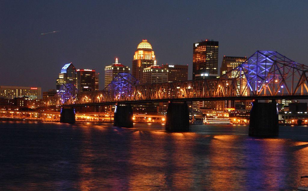 (Louisville de nuit, photo de Jesse Frost, 03/05/2007, www.city-data.com, wikipedia)