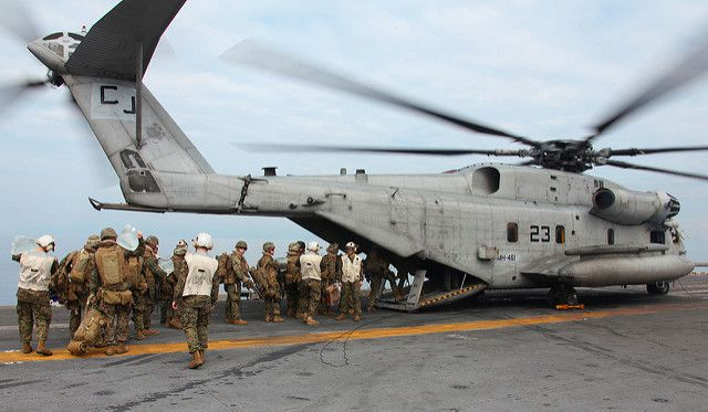 (Embarquement de Marines dans un CH-53E, photo USMC, 19/01/2010, www.flickr.com)