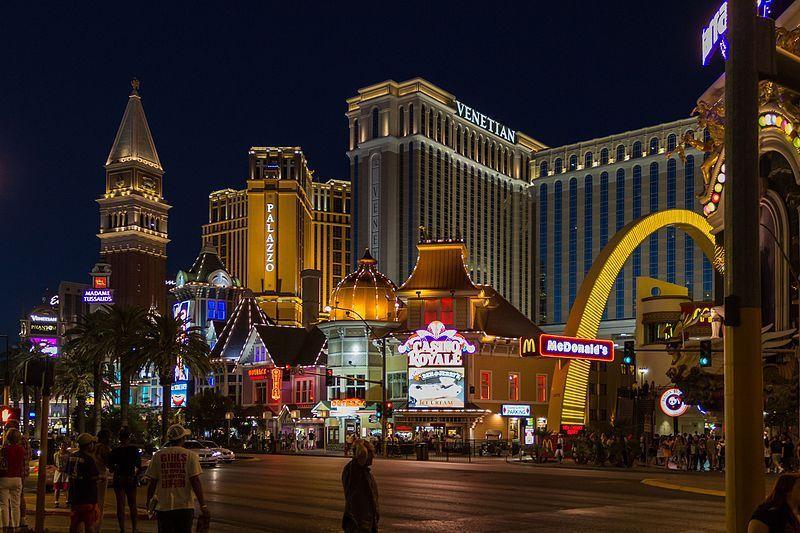 (Casinos et hôtels sur le Strip à Las Vegas, NV, photo de Dietmar Rabich, 27/07/2012, wikipedia)