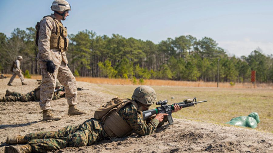(Marine à l'entraînement au tir à Camp Lejeune, NC, photo de Cpl Shawn Valosin, USMC, 26/03/2015, www.whatsafterboot.com)