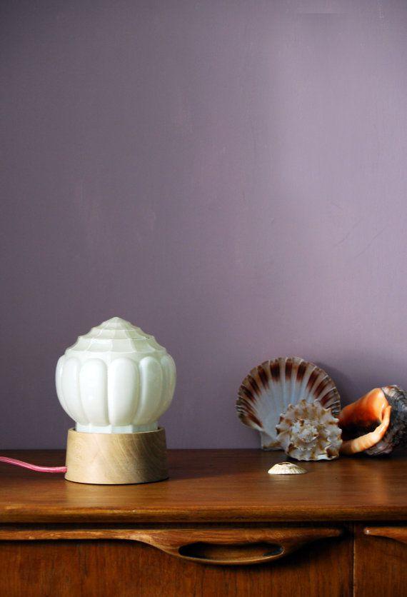 Esprit rétro pour ces pièces uniques. Cet atelier propose de délicates lampes à poser fabriquées à partir d'anciens plafonniers montés sur des socles en bois d'orme.