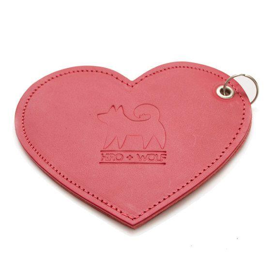 Mignon petit coeur en cuir à accrocher à la laisse, celui-ci contient des sacs pour les déjections.