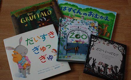 On ramène toujours en souvenir des livres de nos voyages à l'étranger...D'Angleterre pour moi, du Japon pour jules, et même sans connaître le texte, les filles les adorent!
