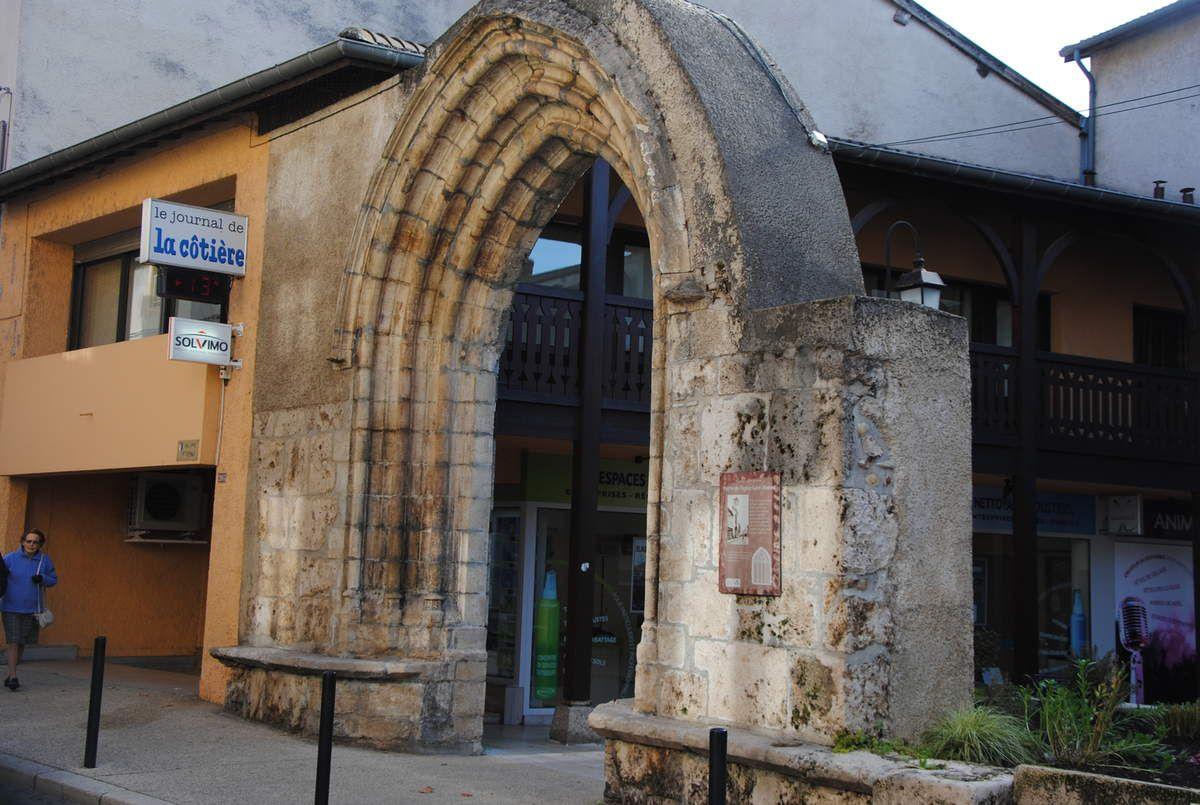 Montluel a été une des grande ville de Savoie et un atelier monétaire. Ici, reste du portail de l'église paroissiale Saint Etienne