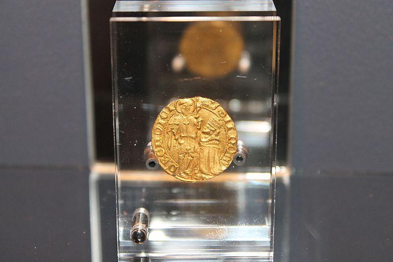 Ducat d'or d'Amédée VIII. Le duc est représenté avec son habit de duc agenouillé devant Saint Maurice, tout un symbole!