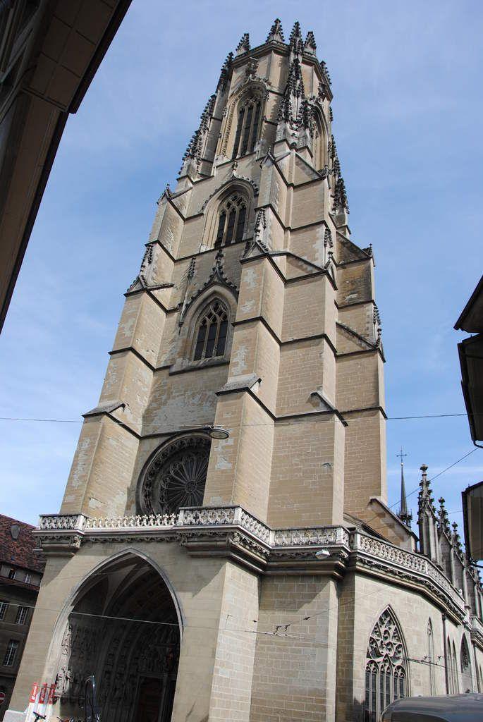Le clocher de Fribourg fut consrtuit entre 1470 et 1490 alors que l'église n'est que paroissiale. Son style rappelle l'église (aujourd'hui cathédrale) de Freibourg en Brigsau, mais aussi d'autres églises comme Sélestat en Alsace, Ulm ou la flèche de Strasbourg. C'est ce modèle de clocher qui a inspiré les constructeurs de Notre Dame à Bourg en Bresse avant de changer de style.