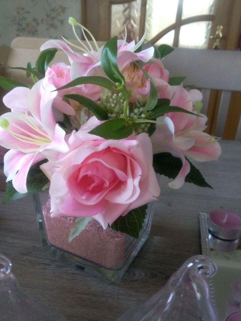 voici le vase carré dans lequel j'y ai versé du sable coloré et dessus j'ai posé la petit composision de fleure artificielle