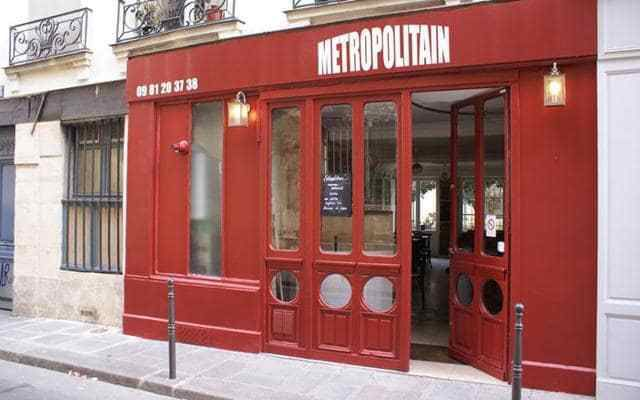 The bistro has an attractive metro-themed décor with white metro tiles, vintage advertising posters and slatted wooden benches