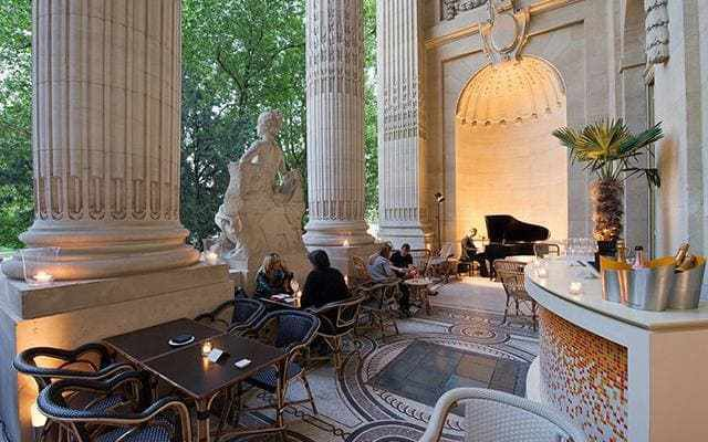 Smart Parisians, international exhibition-goers and business lunchers eye each other in this chic, cosmopolitan update of the Parisian brasserie