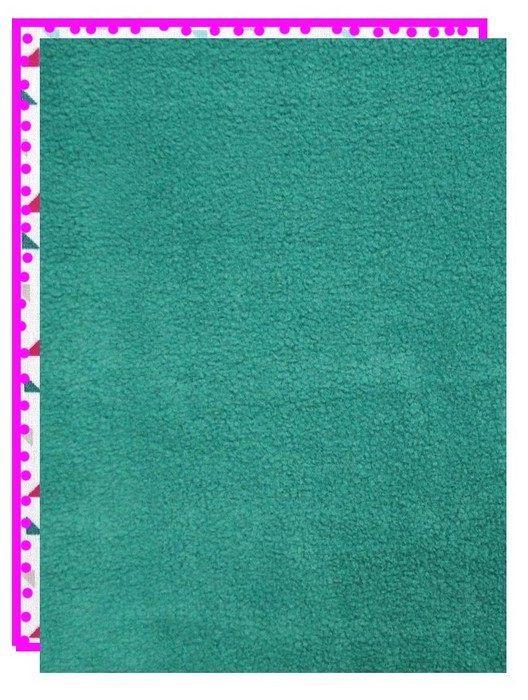 Assembler les 2 faces de la couverture en superposant le tissu coton et le tissu polaire endroit contre endroit et les faire tenir avec des épingles !