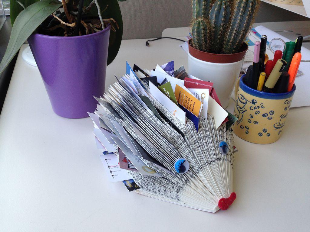 DIY : un hérisson porte-cartes à réaliser avec un livre usagé , en suivant son pas à pas en images gratuit !