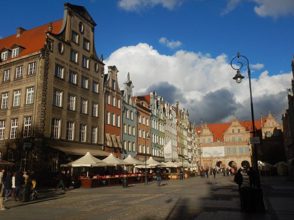 Gdansk: après une arrivée dans une ville ultra moderne avec des centres commerciaux tous plus grands les uns que les autres. on trouve une vieille ville au charme fou . et une bonne bière , bien sûr