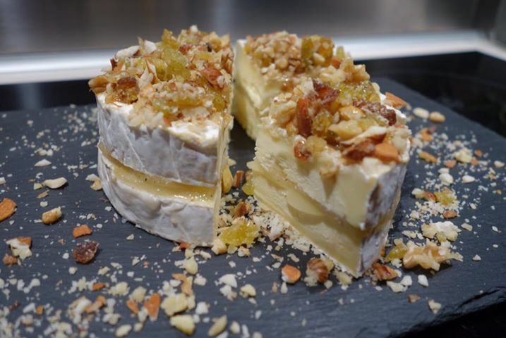 Camembert garni de Poire Pochée au Thym, Crumble de Fruits Secs Mélangés et sirop d'érable
