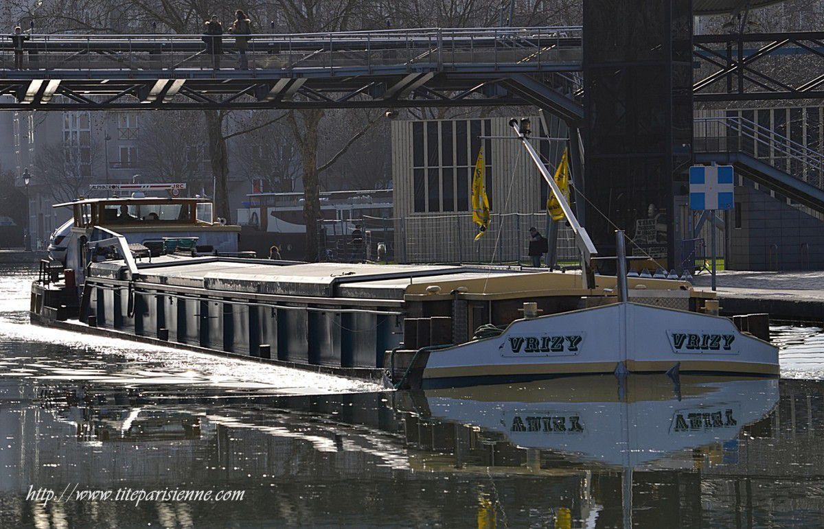 Canal de L'Ourcq (péniche sortant de l'écluse Saint Denis, Parc de la Villette)