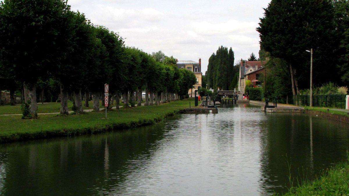 la Ferté-Milon par le canal de l'Ourcq