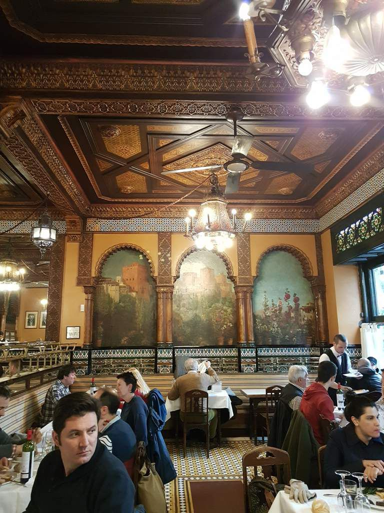"Baroque restaurant and bar""branché ""/Restaurant baroque et bar "" branché """