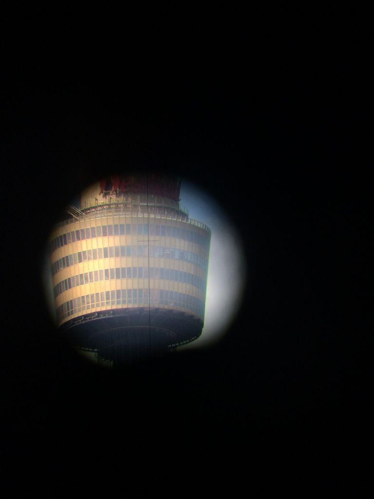 Tower Eye dans la lunette du périscope. Magnifique photo prise par John !