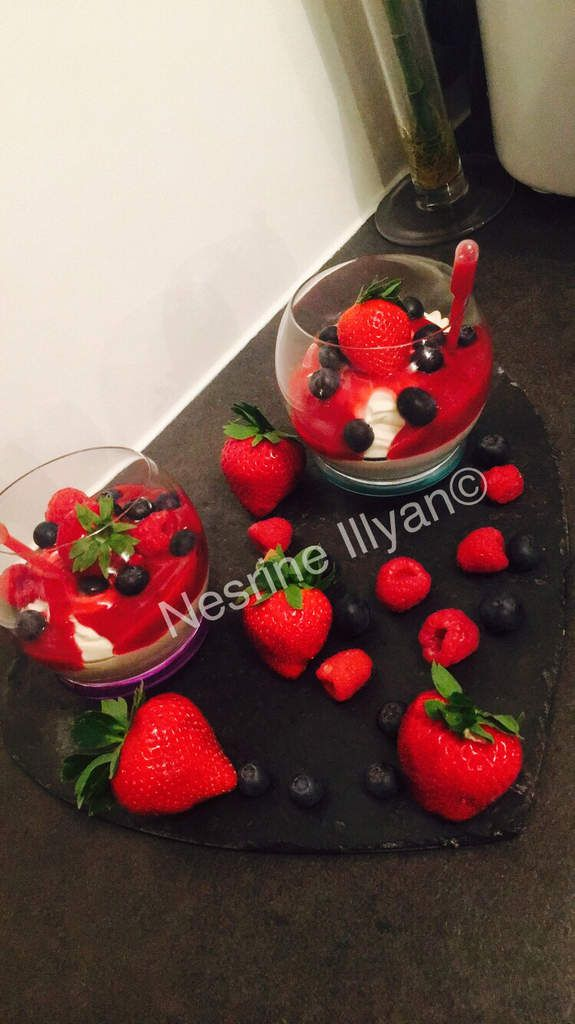 Crème fouettée avec son coulis de fruits rouges
