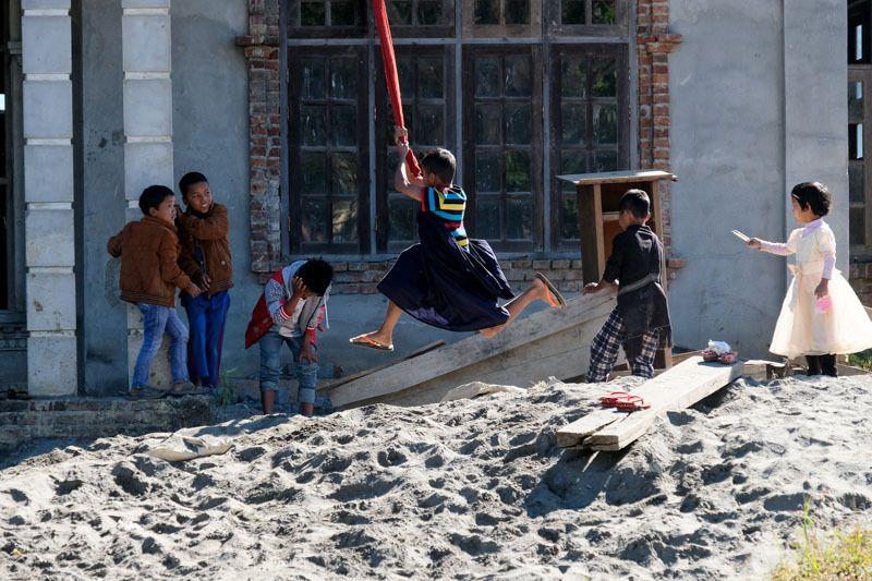 les enfants jouent sur le terrain face à l'église