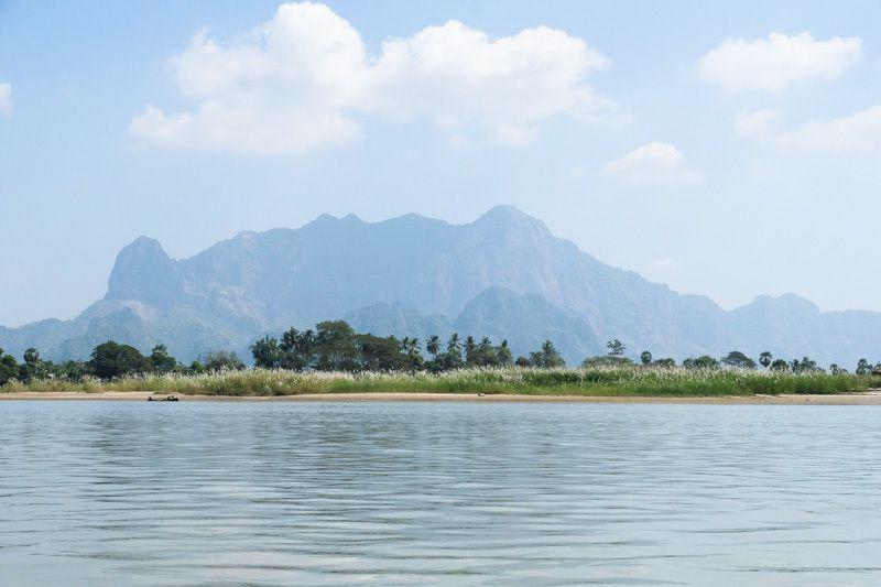A l'approche de Hpa-an, les massifs karstiques, se dessinent à l'horizon