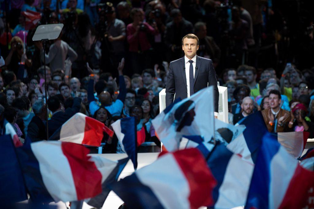 Bravo la sécurité, et c'est ça qui doit devenir président de la France et qui doit posséder les codes nucléaires alors qu'il vient de se faire voler sa voiture de sécurité lors d'un meeting!!!!!!!