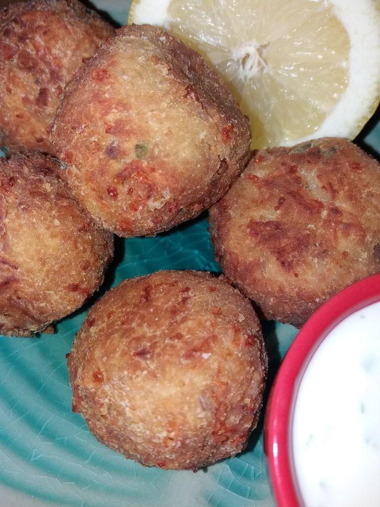 Aujourd'hui je vous présente des boulettes à base de colin et surimi accompagnés d'une sauce au yaourt très légère ..