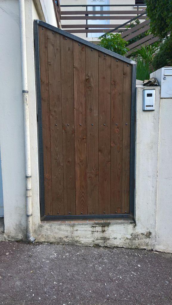 portillon fini par pose de bois traité autoclave fixation sur fer plat avec visseries noires (vue extérieure)