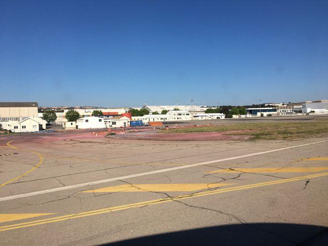 Au depart de Marseille Provence, on passe devant là parking et les installations de ce qui était la Base des bombardiers d'eau de la Sécurité Civile. Et la les installations sont vides . Quel choc pour moi