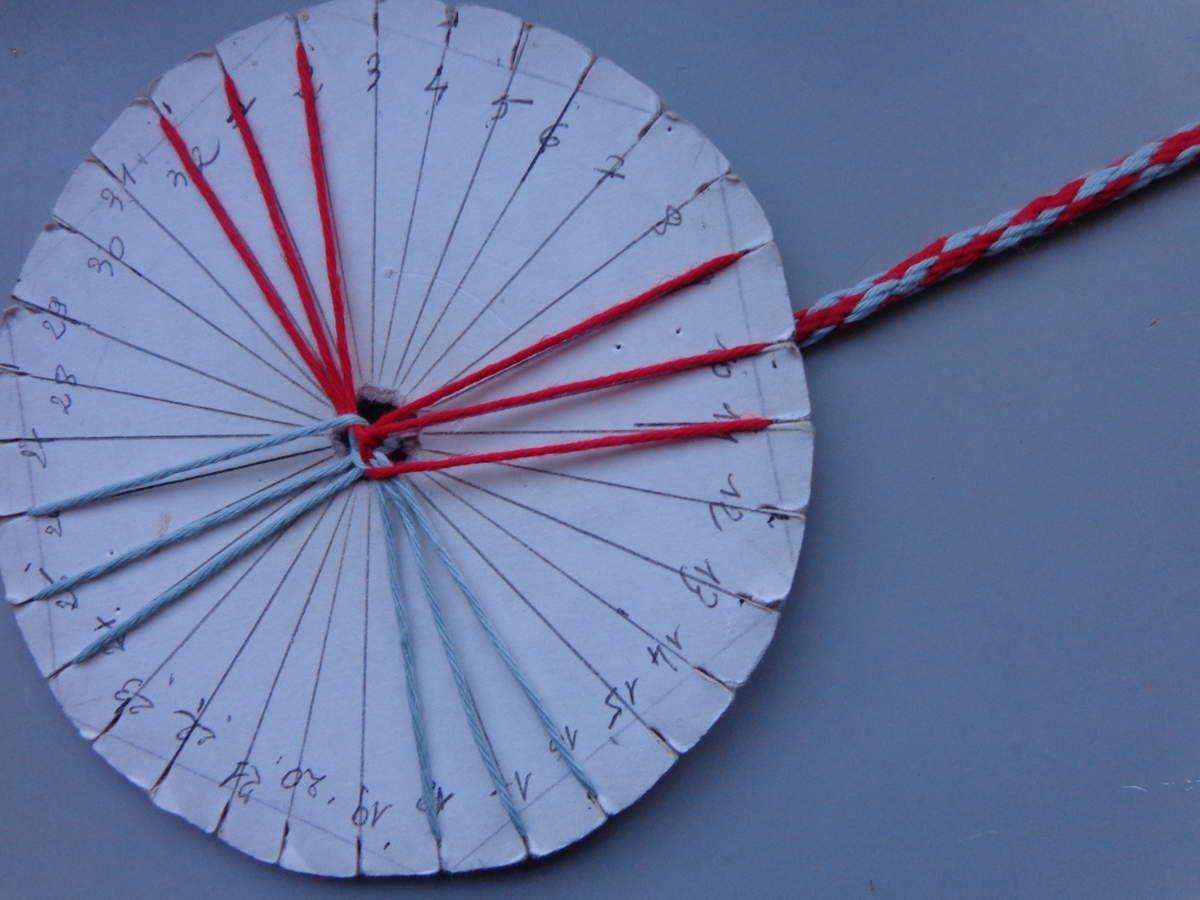 Le kumihimo c'est très facile a faire, et le motif dépend de la façon dont on positionne les fils dur le carton. C'est génial...