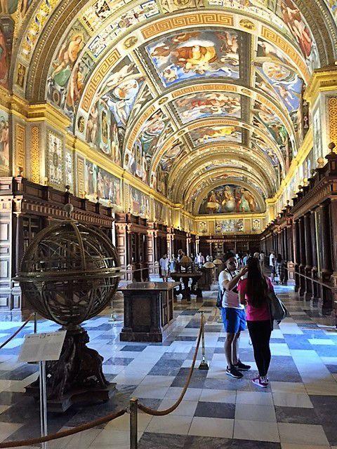 la bibliothèque et les longues couloirs du monastère