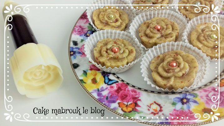 Pâtisserie orientale à la pistache et au miel avec le découpoir rose de cake mabrouk