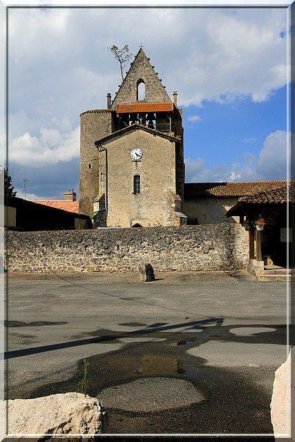 Voyez vous une construction médiévale fortifiée ?