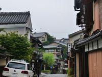 Bon alors. Notre petit-déjeuner. La rue après qu'il ait plu cette nuit. Le bus. Yami et sa tête de folle. Yami dormant. Yami et son groupe devant le Kinkaku-Ji. (Merci à Pauzo-san pour les photos (de moi...) ~)