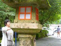 Alors le fameux bateau. Une porte. Des pédalo cygne. Un arrêt de bus (x2). Des arbres. Les trucs où on se purifie avant de rentrer dans un temple. Et des lampes étranges~