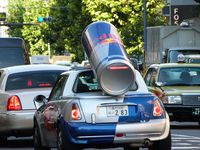 Camion boyfriend. Chaussures cools. Et voiture red bull (y)