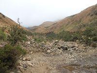 Alors, dans l'ordre : Nos petits LandRover, le brouillard, le brouillard, paysage, moi + le Land Rover + une pause à un point de vue sans vue, paysage, la sani pass à mi-parcours et le brouillard au loin (même si on était toujours dedans), la première neige, l'arrivée au Lesotho !