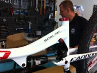 Direction les ateliers Georget Cycles pour assister au montage du Scalpel Carbon 1 2013