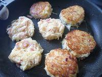 Papillotes de poulet pizzaïolo et Petites galettes de pommes de terre râpées aux lardons