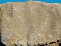 Calcite et calcite noire comme une agathe des carrières de corail fossilisé, donc de calcaire. Bourgogne, proche de Sancerre et Pouilly-sur-Loire.