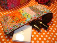 Voilà, j'avais de très jolis restes de tissus. Quoi en faire ? Alors de patch en patch, même avec les chutes on peut faire de jolies choses. Maintenant je coupe les bouts tout petits quand je n'ai plus de restes ....   <a href='http://www.alittlemarket.com' title='Création originale'><img src='http://www.alittlemarket.com/img/logo/alittlemarket/madein-motif5-v1.jpg'></a>