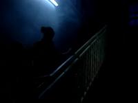 Des faux-airs de Gotham City, les grattes-ciel en moins &#x3B; la pleine lune &#x3B; un décor haut en couleurs.