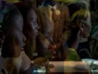 Les deux héroïnes face au miroir et à la caméra &#x3B; Une surimpression.