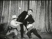La bagarre du générique &#x3B; Le réalisateur a-t-il considéré que les nains étaient à John Wayne ce que les veaux sont à la vache ? &#x3B; Une entrée dans le saloon à Tiny Town.