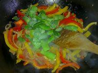 4# Ajouter successivement les poivrons, les haricots (si on a les a préféré au poivron vert), les champignons