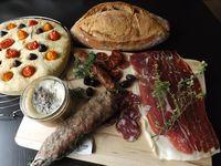 Planche de charcuterie de Noir de Bigorre, focacia et pain de campagne