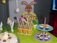 Au goûter cake-pops nature/choco blanc, mini cupcakes façon nids de Pâques choco/crème caramel et pour finir, jus d'oranges fraîchement pressé ^^