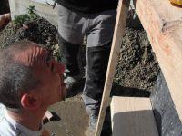 Pendant que nous continuons le travail sur les deux premières maisons, les sympathiques formateurs Jean-Marc et Pino accompagnés de leur bonne humeure ainsi que de leurs non moins sympathiques stagiaires, on débutés les coffrages pour les fondations des deux dernières.